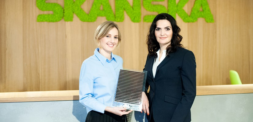 Olga Malinkiewicz (left), co-founder and CTO at Saule Technologies and Katarzyna Zawodna (right), CEO of Skanska's commercial development business in CEE, with a perovskite solar module.